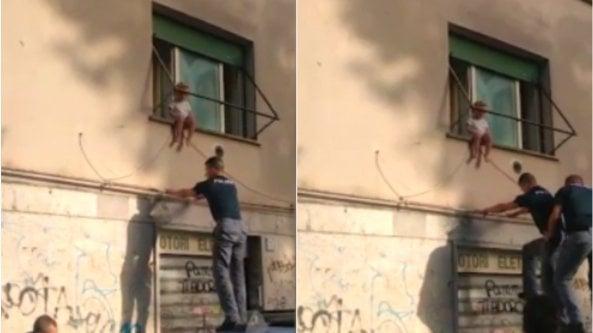 Bimba di due anni si siede sul davanzale della finestra: salvata dalla polizia