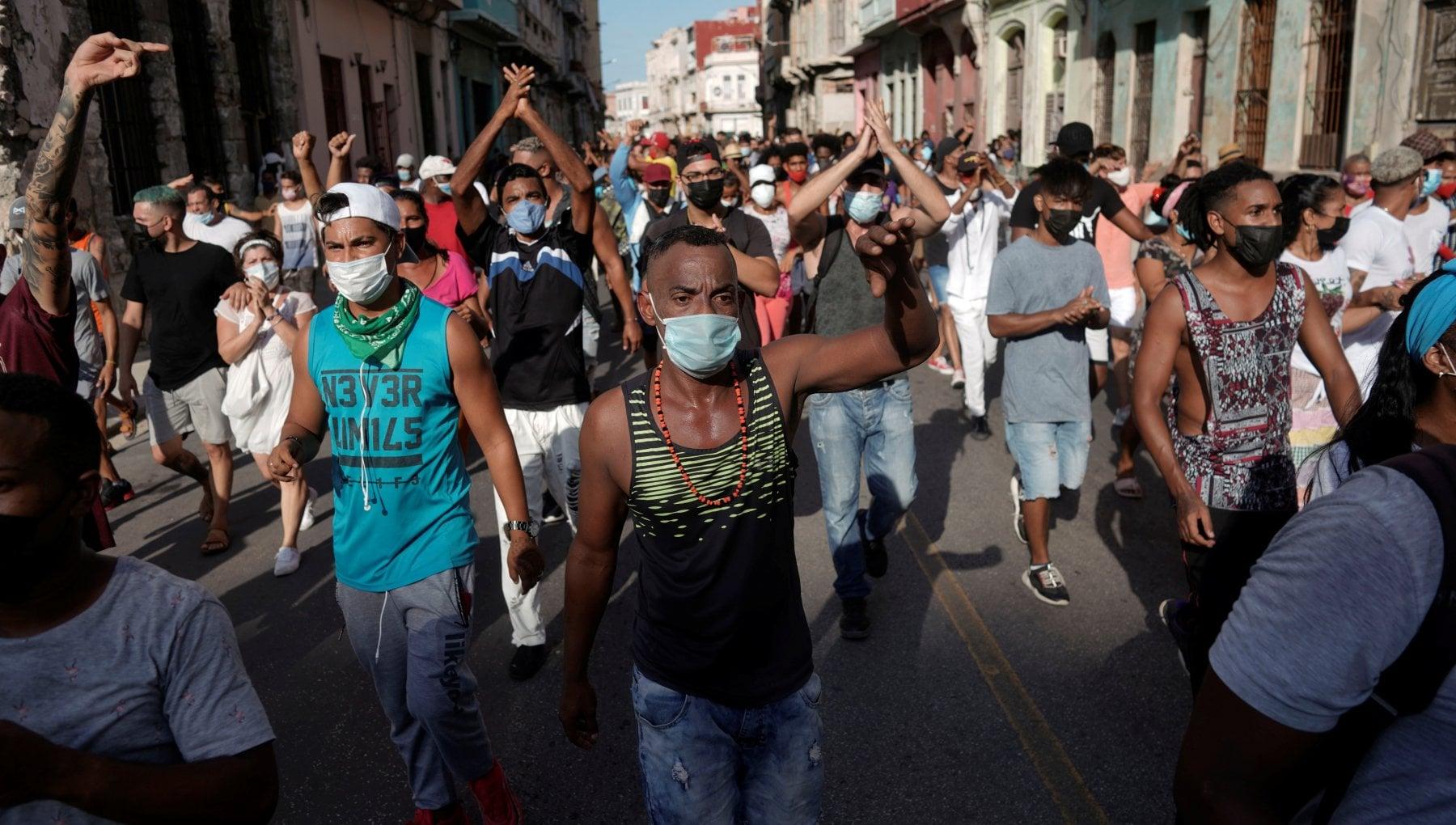 """224622536 9b3b9b45 fda0 4530 956b 8c8fffd6abae - Cuba in piazza sfida il regime: """"A morte il comunismo, ora libertà"""""""