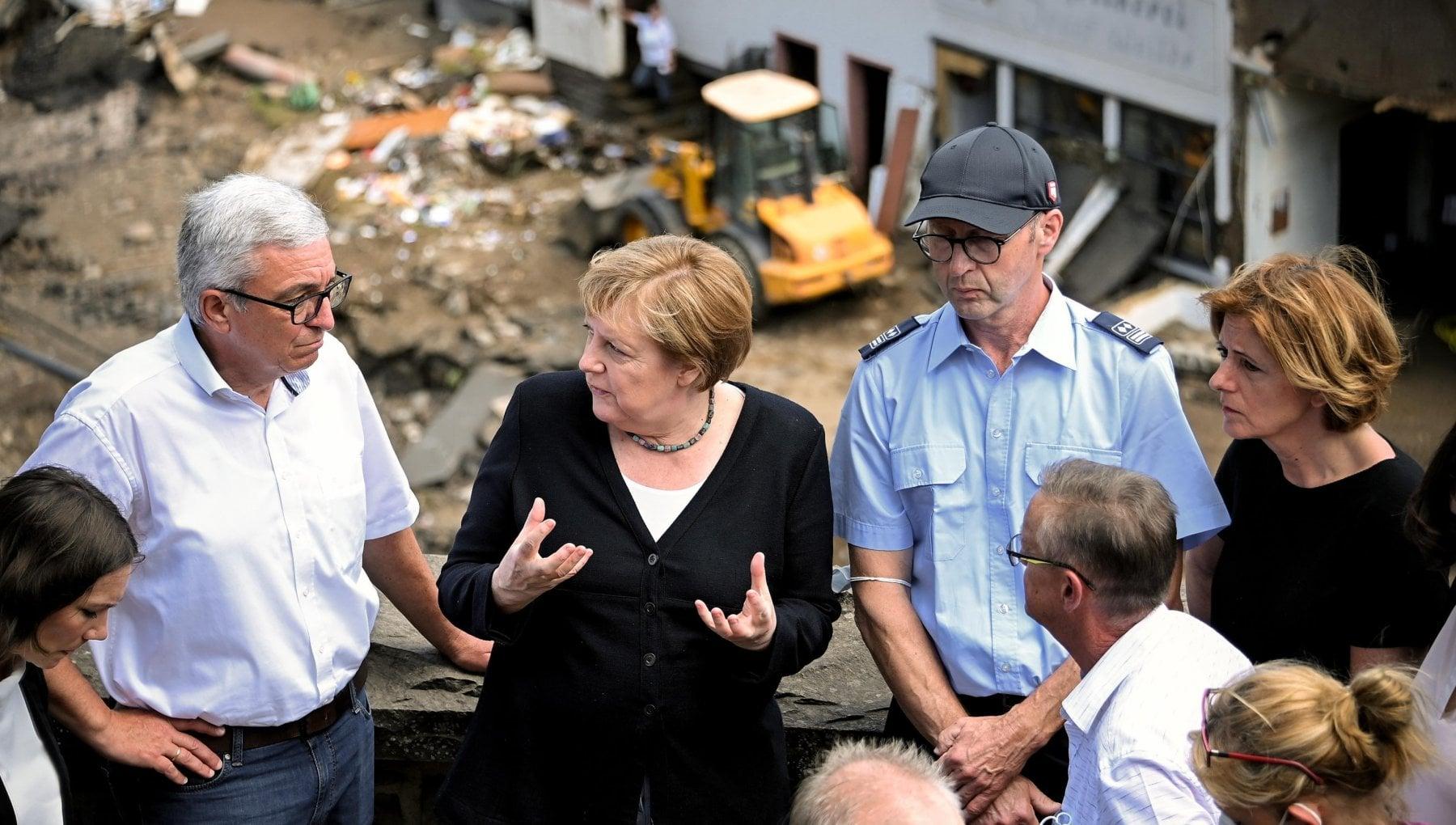 """152511426 a98fd8c9 1081 48f1 b850 58efec937e08 - Germania, Merkel tra gli alluvionati: """"Non abbiamo le parole. Ora le priorità siano clima e ambiente"""""""
