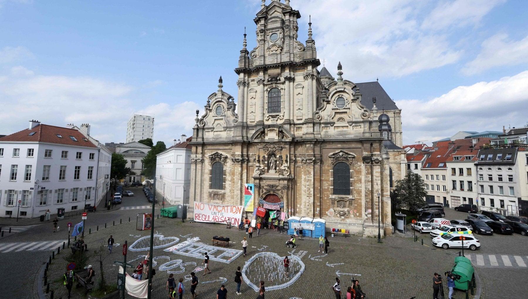 163256584 340f3000 88e1 4df9 b4f0 a6d6c0c064ea - Bruxelles, i 450 migranti irregolari barricati in chiesa diventano un caso politico