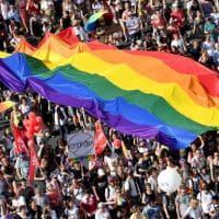 Gay Pride di Budapest, migliaia di persone per la marcia anti Orbán