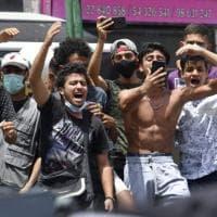 Tunisia, proteste e manifestazioni. Il presidente impone le dimissioni del premier