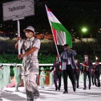 """Nel Tajikistan """"Covid-free"""" muore la sorella del presidente: i figli prendono a pugni il..."""