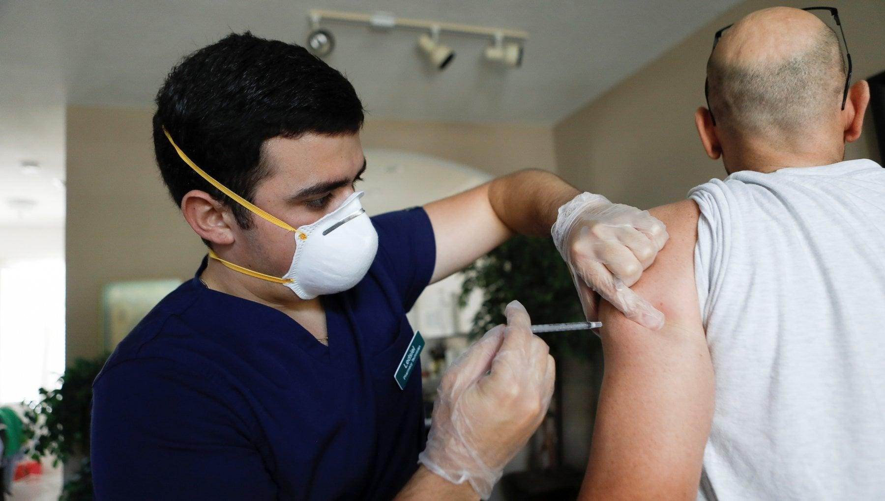 094039430 64cf3dc2 2386 4d86 a770 d030a47550dc - Covid, la Delta può essere trasmessa anche dai vaccinati: gli scienziati invitano a indossare la mascherina al chiuso