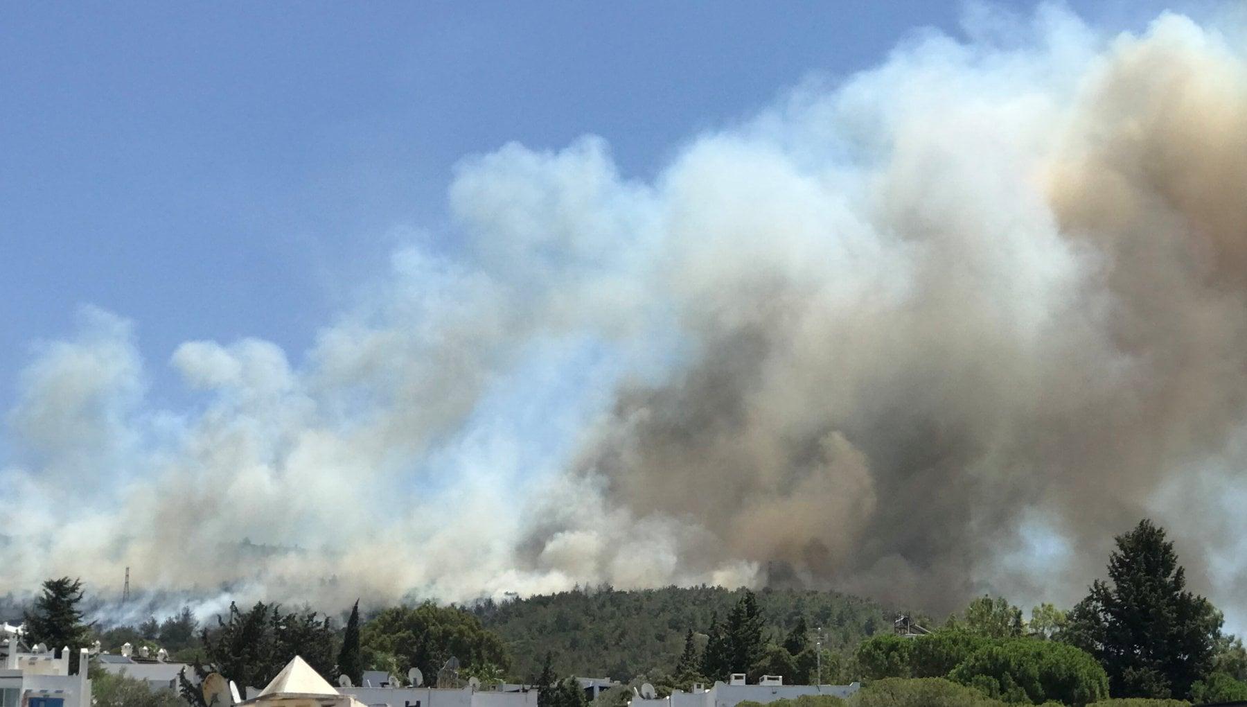 111120654 f0321f47 bb03 4d39 97e6 b0401459027c - Incendi in Turchia: Il sud continua a bruciare, turisti in fuga