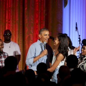 213605233 43ad105e ca23 4dc6 99e5 66d66da1cb62 - I 60 anni di Obama, le foto clandestine del dj della festa di compleanno