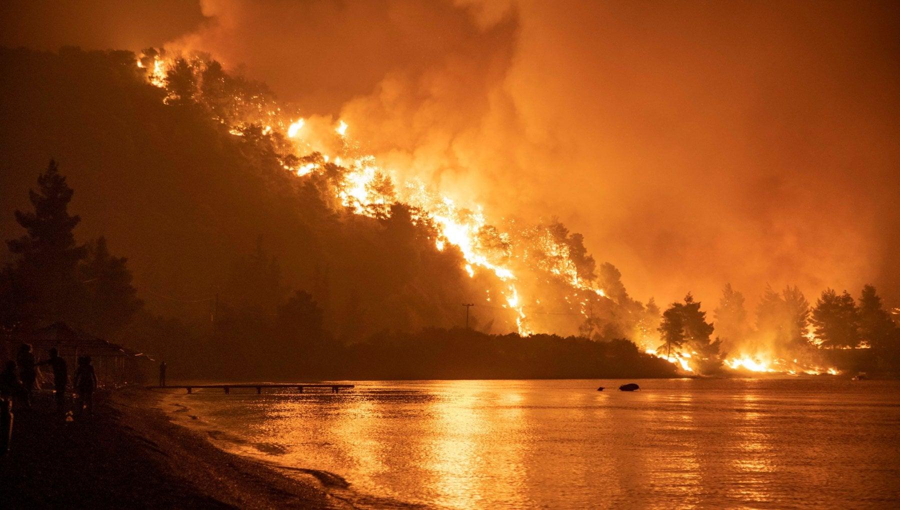 114711336 8ef888b0 e1b4 4011 bf5a cff2704a1f00 - Grecia, infuriano gli incendi in Attica: centinaia in fuga