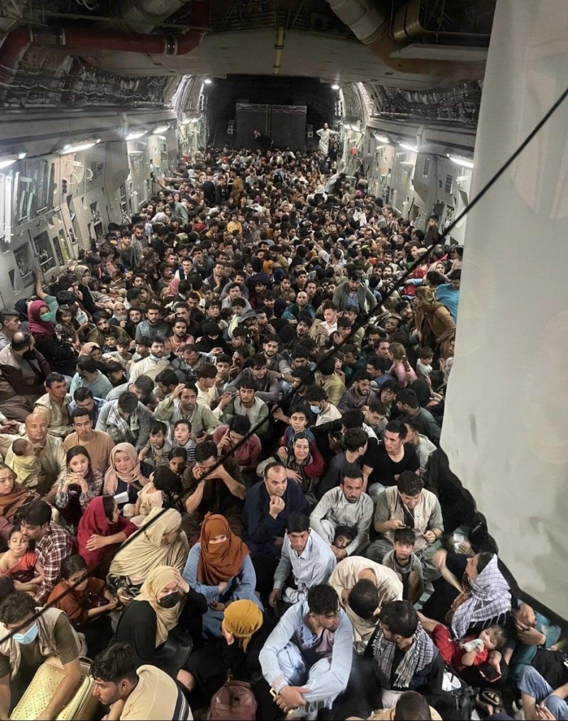 081446786 da80b7c1 03c0 4939 9344 7ebdc7208d2c - Afghanistan, il C-17A imbarca 800 profughi a bordo: la missione eroica dell'equipaggio Usa