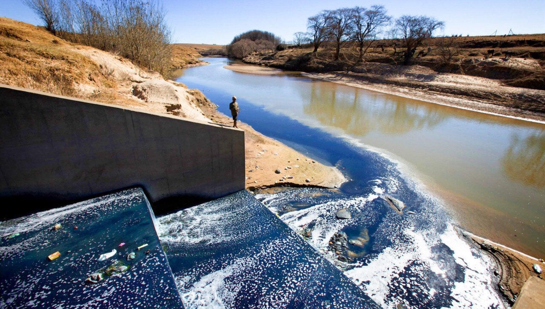 210422123 0270a751 f3cc 4028 9d5a 040338e02b04 - Acqua blu come i jeans, così la moda usa e getta inquina i fiumi africani