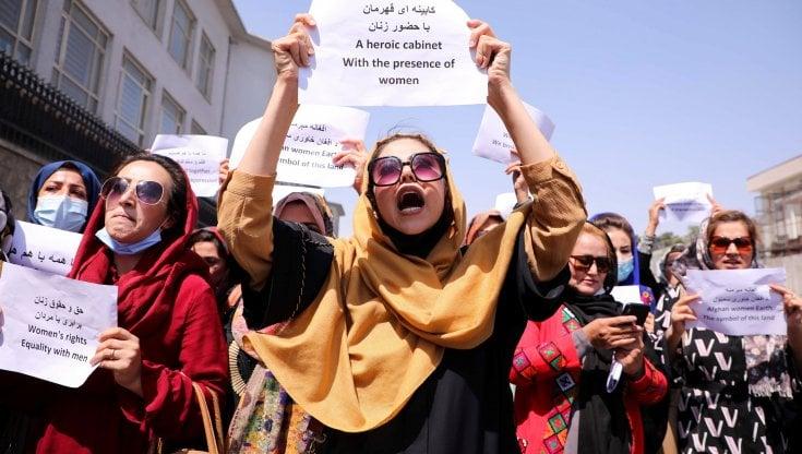 """Afghanistan, le donne protestano davanti al palazzo presidenziale:  """"Dobbiamo tornare a lavorare"""" - la Repubblica"""