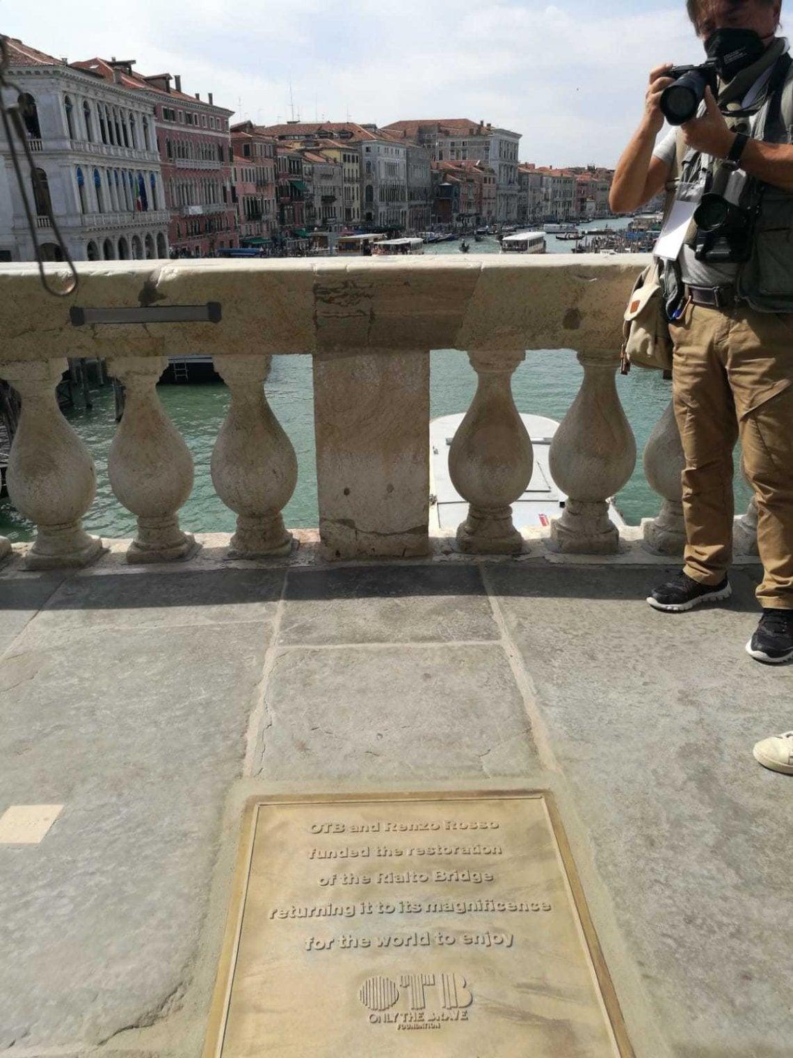 """131624372 e1828f9e 8237 439d bc21 afc3a3cdced8 - Venezia, Renzo Rosso restaura il Ponte di Rialto. Polemica per la targa: """"Troppo pubblicitaria"""""""