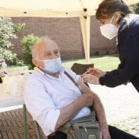 """Covid, a chi dare la priorità dei vaccini? I cittadini di 13 paesi concordano: """"Ad..."""