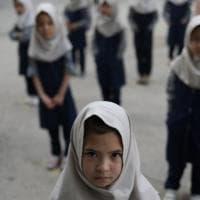 """La direttrice di una scuola di formazione professionale a Kabul: """"Restiamo in aula, senza..."""