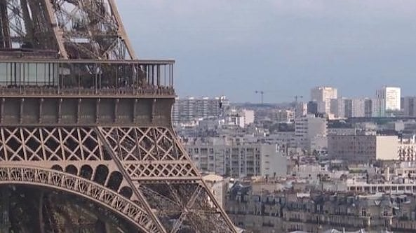 Limpresa del funambolo Nathan Paulin: una camminata nel vuoto tra la torre Eiffel e il teatro de Chaillot