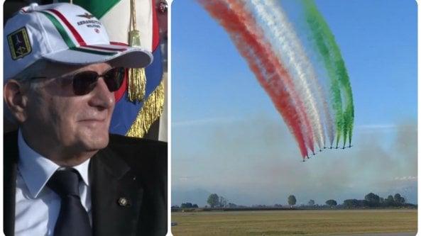 Frecce tricolori, Mattarella in cappello e occhiali da sole per ammirare lo show