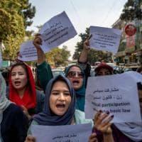 """Afghanistan, la legge dei talebani a Kabul: """"Le donne non possono lavorare"""""""