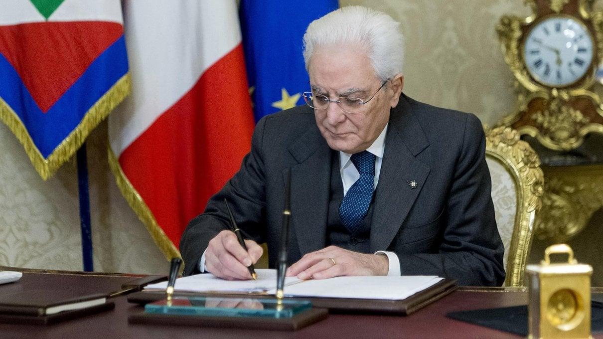 Green Pass, Mattarella firma il decreto: nessuna sospensione dal lavoro, ma stop agli stipendi