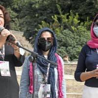 """In piazza il coraggio delle donne afghane: """"Il mondo ci ha tradite, ma resistiamo"""""""