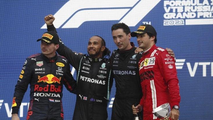 F1, Hamilton trionfa in Russia sotto la pioggia: vittoria numero 100. Verstappen 2°, Sainz terzo