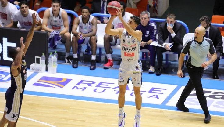 Basket, Brindisi schianta la Fortitudo Bologna e si gode una notte in vetta