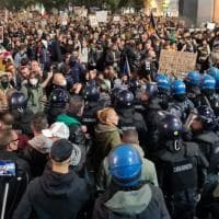Milano, scontri al corteo No Pass. Altro tentativo di assalto alla Cgil