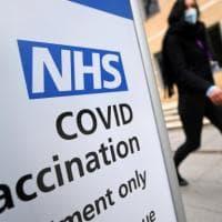 Covid, duecento morti al giorno: costa caro al Regno Unito lo stop alle mascherine e il...