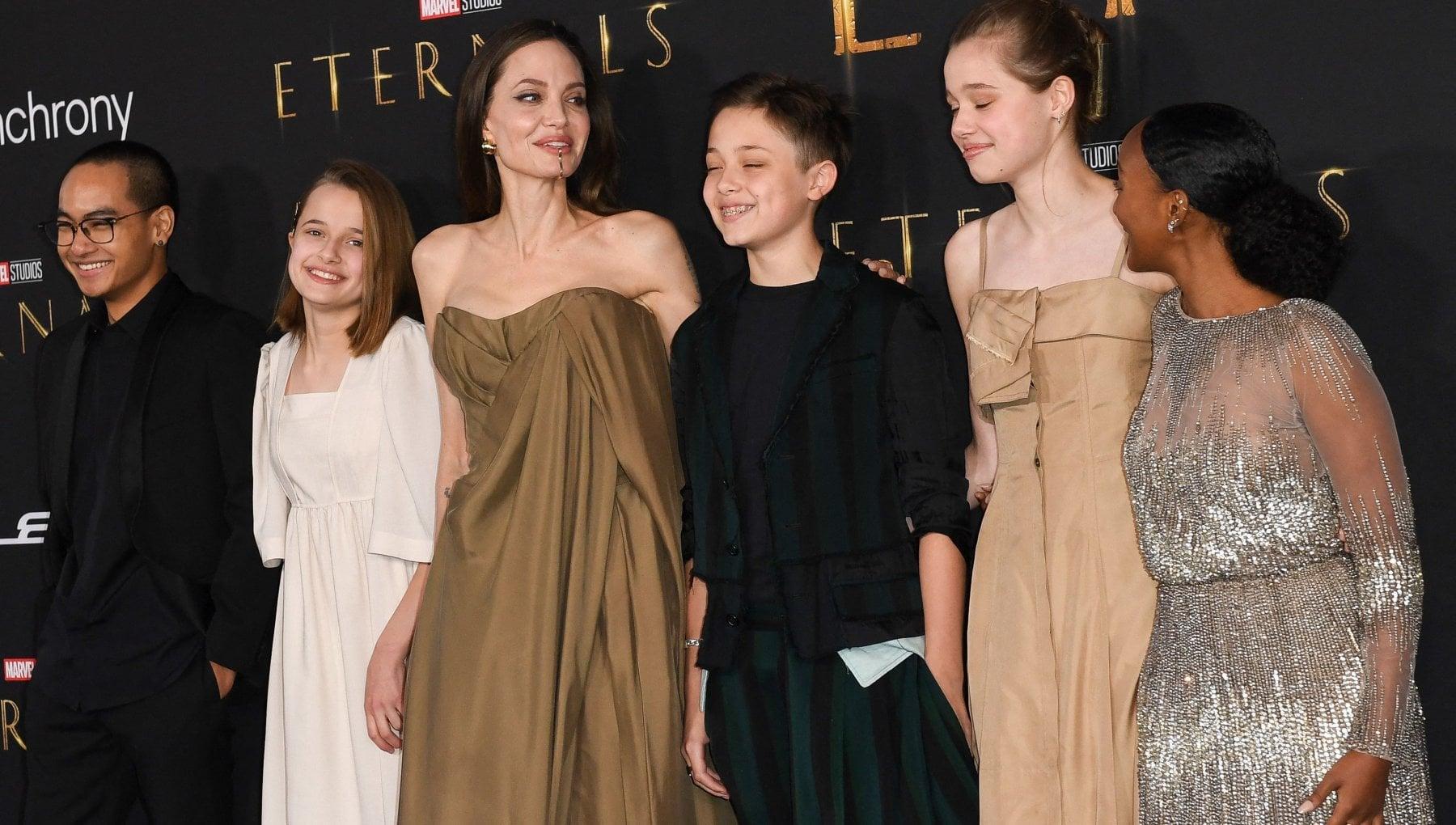 Il gioiello piercing di Angelina Jolie, labito vintage di Zahara e la scelta di Shiloh