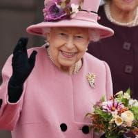 Il bastone, il ricovero e l'alcol negato: come sta davvero la regina Elisabetta