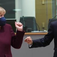 Bruxelles, il bicchiere della staffa tra Angela Merkel ed Emmanuel Macron