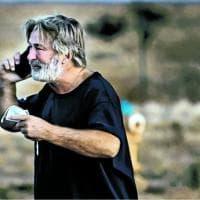 Alec Baldwin, la polizia: sul set l'arma caricata con proiettili veri, l'attore non lo...