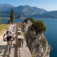 Ponale, la strada a picco sul lago di Garda che piace a mezzo milione di pedoni e...
