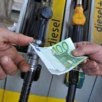 A 38 milioni di francesi 100 euro dal governo per contrastare l'aumento dei carburanti