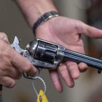 Come funziona la pistola a salve usata da Baldwin