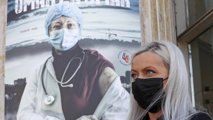 Disastro Romania, pochissimi vaccinati e la quarta ondata del Covid fa paura: torna il coprifuoco