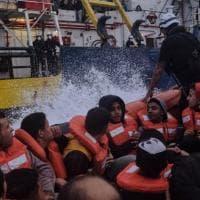 """Migranti, soccorso uno dei due gommoni alla deriva nel Mediterraneo. Il Papa: """"Basta..."""