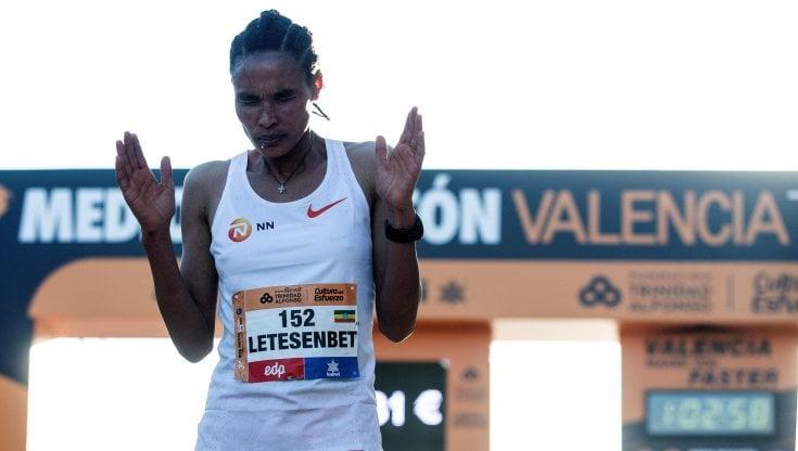 Atletica, mezza maratona: Gidey abbassa di oltre 1 il record del mondo