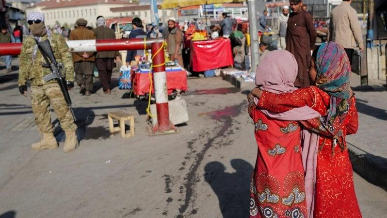 """La maestra, la regista e la sindaca. Appello delle afghane in fuga: """"Non riconoscete i talebani"""""""