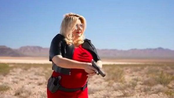 Trumpiana, razzista, pro armi e contro i vaccini: lo sconcertante spot della candidata con la pistola