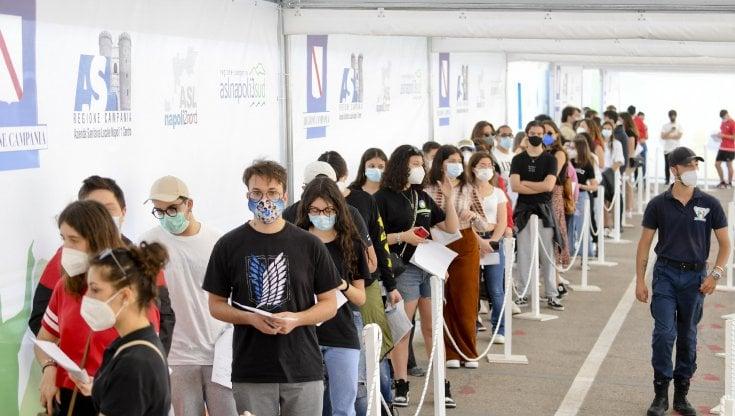 Vaccini anti-Covid, Sileri detta i tempi per la terza dose per tutti e allontana laddio al Green Pass