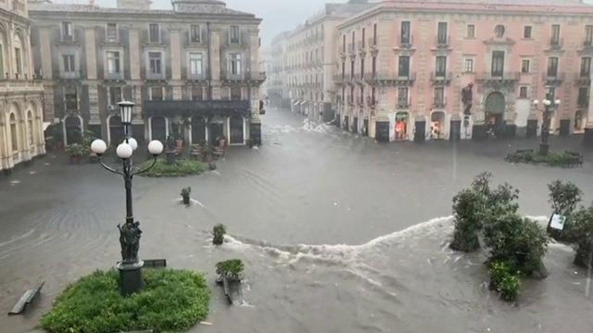 Catania invasa dallacqua, automobilista muore annegato a Gravina. Le testimonianze: Scene apocalittiche, persone trascinate via