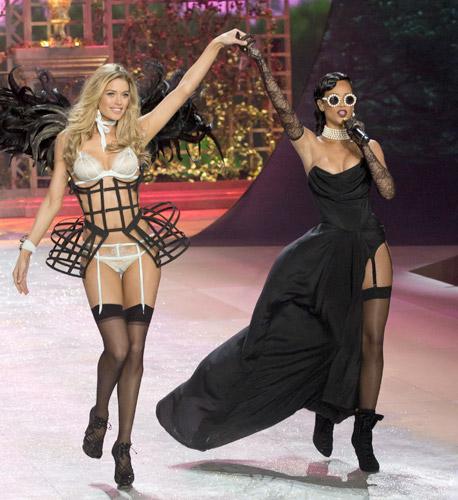 Rihanna e le super top per Victoria's Secret