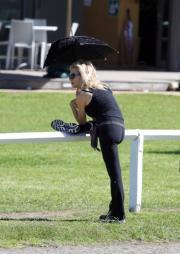 La ex signora Crowe fa fitness con l'ombrello