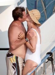 Coccole da star: quanti baci in spiaggia...