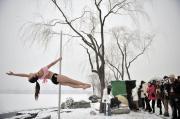 Pole dance estrema tra i ghiacci della Cina