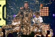 """David Beckham e figli ricoperti d'oro. Lo scherzo dei fan al """"Goldenballs"""""""