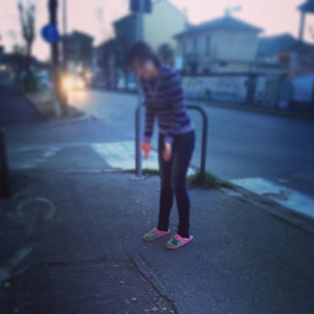 huge selection of 5710a 63cef In ciabatte per strada: pioggia di foto su Instagram - Moda ...
