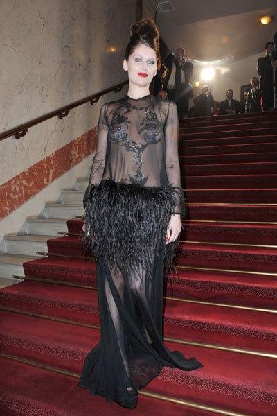 c9af0260263d Laetitia casta arriva ai premi César del 2010 con un nude look incredibile  di Saint Laurent