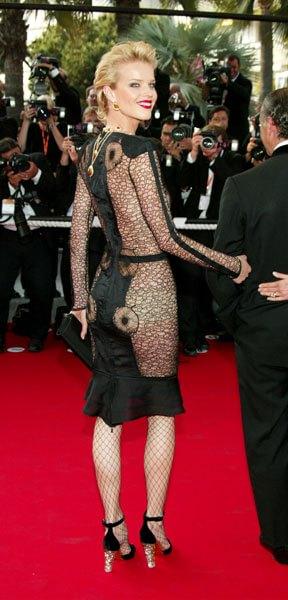 920f2cf6e876 L incredibile Eva Herzigova è perfetta con quest abito a rete trasparente  indossato al Festival di Cannes nel 2003