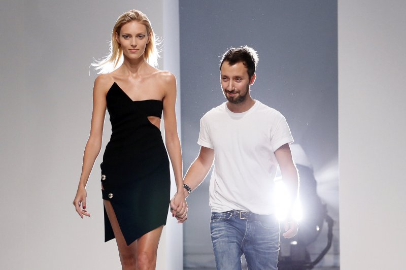 Lo stilista Anthony Vaccarello con la modella Anja Rubik