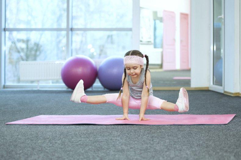 d105b530331f Nelle foto che seguono vedrete 15 posizioni yoga suggerite dal libro,  elencate in ordine alfabetico; a ogni illustrazione segue la corrispondente  foto